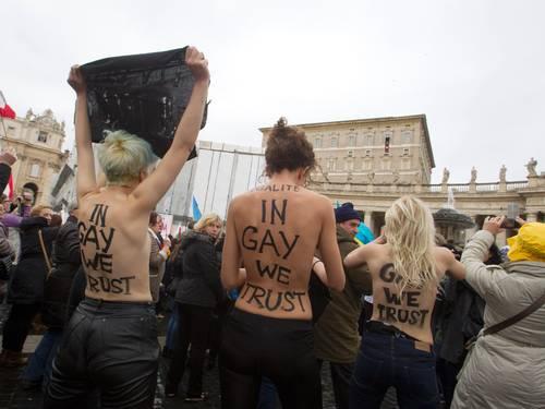 Mulheres nuas invadem o Vaticano e protestam contra homofobia