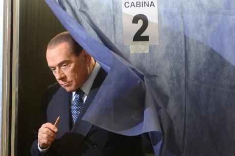 Ex-Ministerpräsident Silvio Berlusconi gab am Sonntag in Mailand seine Stimme ab. Frauenrechtlerinnen protestierten gegen ihn mit blanken Brüsten