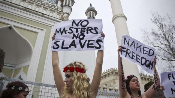 Femen-Demo vor Moschee in Berlin