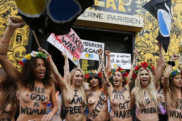Ativistas do movimento feminista Femen fazem ato que inaugura o Centro Femen em um antigo teatro de Paris, nesta terça-feira (18) (Foto: AFP)
