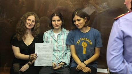 Pussy Riot med dommen i rettssalen (Foto: Mikhail Metzel/Ap)