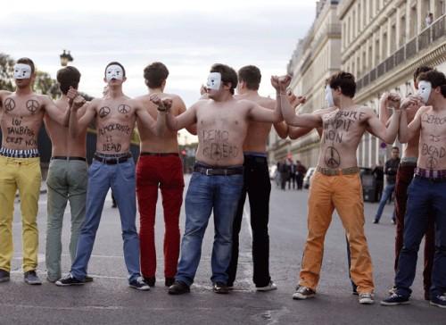 Une trentaine d'Hommen ont bloqué hier la rue de Rivoli à Paris, près du Palais du Louvres. Ils ont rapidement été dégagés par les forces de l'ordre