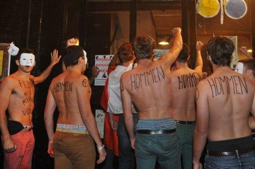 Au plus fort des manifestations contre le mariage pour tous  Paris, des membres du Hommen, un mouvement de mariage anti-gay, manifestent contre le mouvement fministe Femen devant le thtre Le Lavoir Moderne Parisien qui tait  l'poque le sige des Femen. C'tait le 18 Octobre 2013.