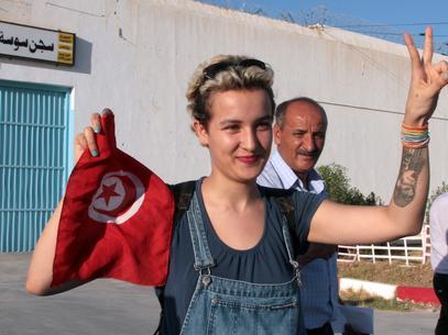Amina saluda tras salir de la cárcel en Sousse, el 1 de agosto Foto: AFP