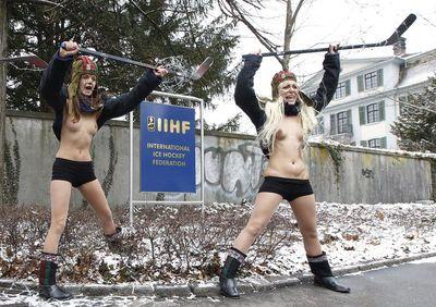 Ukrajinské aktivistky před sídlem IIHF v Curychu