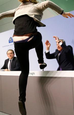 Mario Draghi'a Konfeti Atan Eylemci İsyan Etti
