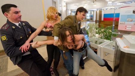 VILLE STJELE VALGURNEN: 20 minutter etter at Putin hadde stemt, kom de toppløse demonstrantene for å stjele valgurnen.