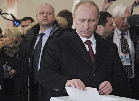 TRENTE FØRST: Vladimir Putin fortalte at han startet dagen med å trene før han dro til stemmelokalet og avga stemme i presidentvalget.