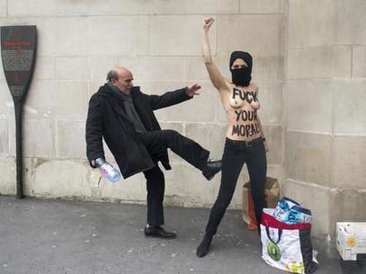Imagen de inicios de abril de 2013 que muestra a una activista ucraniana del grupo feminista Femen recibiendo una patada de un miembro de la comunidad islámica de París. Foto: AFP