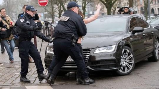 Cảnh sát khống chế người biểu tình. Ảnh: BBC