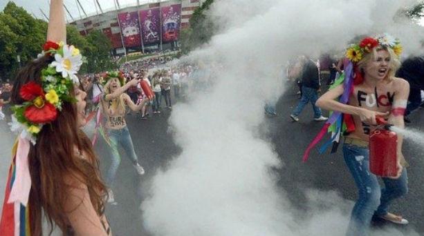 Euro 2012: Γυμνόστηθες ακτιβίστριες στο γήπεδο! Βίντεο : Με τα στήθη τους φάτσα – φόρα υποδέχθηκαν το ευρωπαϊκό πρωτάθλημα ποδοσφαίρου οι γυμνές ακτιβίστριες της FEMEN, που δεν σταμάτησαν τις διαμαρτυρίες τους ούτε λίγο