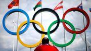 Ein Mann fotografiert die Olympischen Ringe