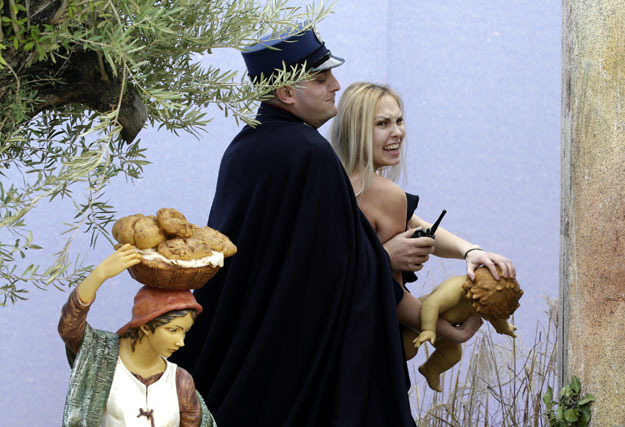 Dziaaczka Femen zatrzymana w Watykanie fot. Vincenzo Livieri /AFP