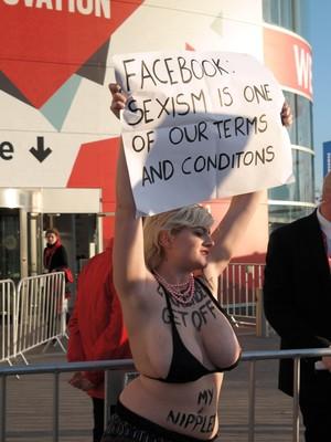 Integrante do Femen protesta em Barcelona contra os termos de condições da rede social Facebook. Facebook: Sexismo está em nossas condições e termos de uso (Foto: Bruno Ferrari/ÉPOCA)