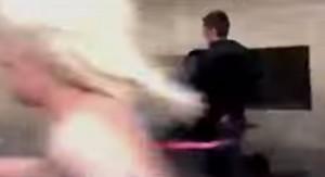 Femen a seno nudo scappano: poliziotto prova ad afferrarne una e sbatte contro il muro VIDEO