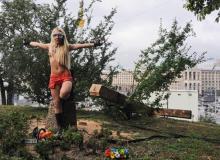 Działaczka Femenu po ścięciu krzyża w KijowieBigger
