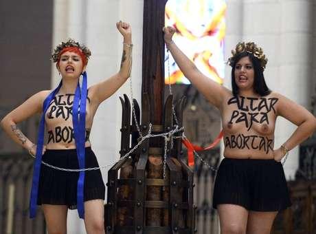 Las dos activistas de Femen que hoy se encadenaron a un crucifijo en la catedral de La Almudena en Madrid Foto: AFP