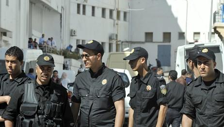 Det var tungt vakthald utanfor rettsbygningen i Tunisia. (Foto: FETHI BELAID/Afp)