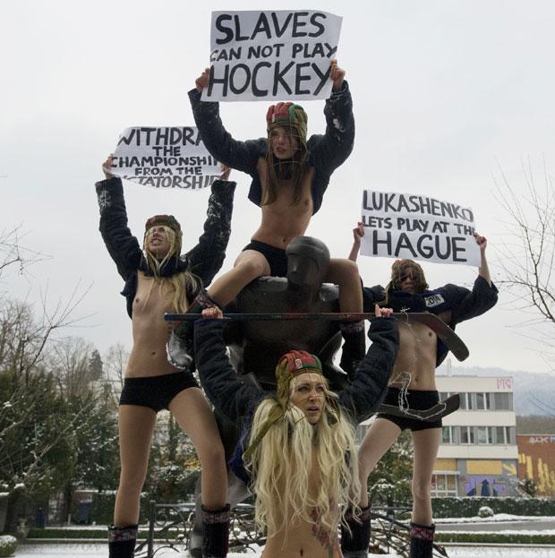 Estátua de jogador de hóquei virou 'palco' para as manifestantes (Foto: Sebastien Bozon/AFP)