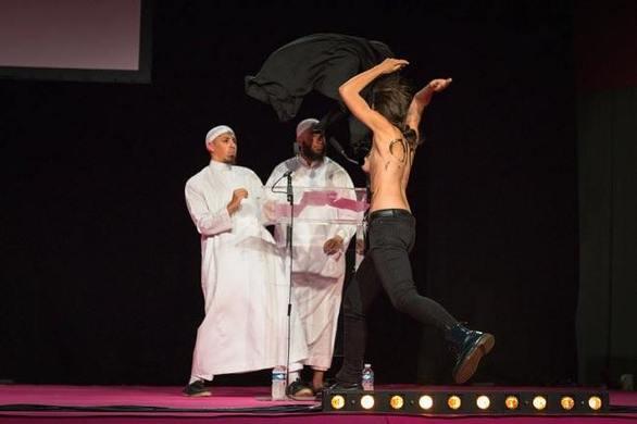 Γυμνόστηθες ακτιβίστριες διακόπτουν ομιλία μουσουλμάνων (pic+video)