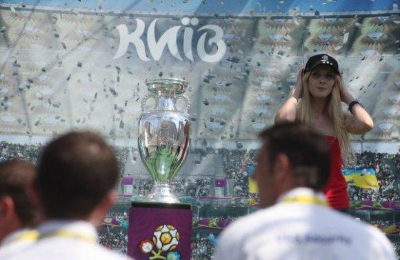 Femen, Euro 2012 kupasına zarar verdi