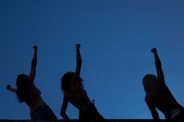 Sie kletterten auf das Absperrgitter beim Kongresshaus in Davos: Drei Aktivistinnen der ukrainischen Organisation Femen. (26. Januar 2013)