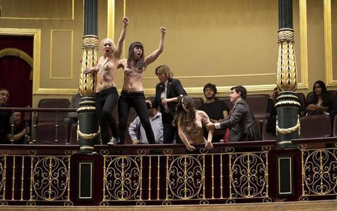 Γυμνόστηθη διαμαρτυρία ακτιβιστριών της Femen στο ισπανικό κοινοβούλιο
