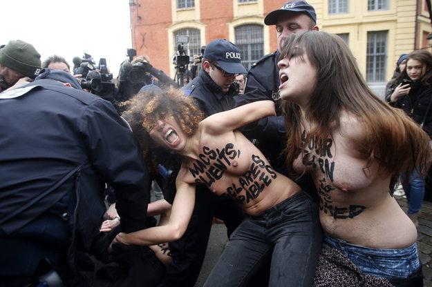Aktywistki Femenu, ktre rzuciy si na samochd DSK /YOAN VALAT  /PAP/EPA