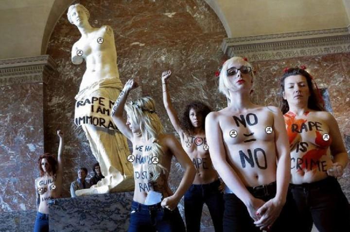 Le tette delle Femen si arrendono alla censura di Facebook