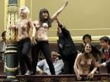 Mujeres pro abortistas interrumpen la sesión de control al Gobierno