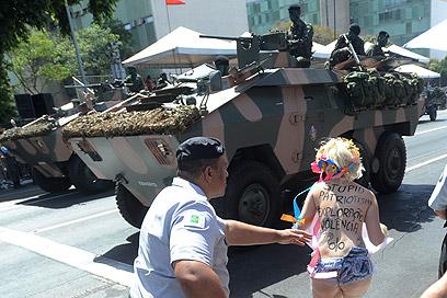 מפגינה במצעד צבאי בברזיליה. פטריוטיזם מטופש (צילום: EPA)