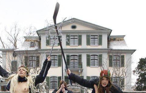 Protest Ukrajinkek před sídlem IIHF