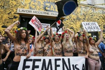 Les féministes aux seins nus de Femen s'installent dans le XVIIIème à Paris_1