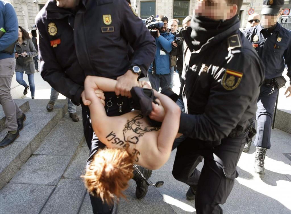 Spagna, Femen protestano a seno nudo contro la legge sulla sicurezza FOTO02