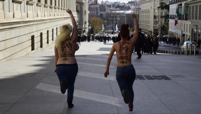 Agenten worstelen met topless Femen-dames
