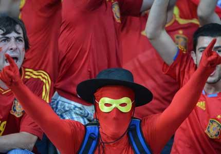 Fanático español espera el inicio del partido final en Kyiv contra Italia / Foto AFP