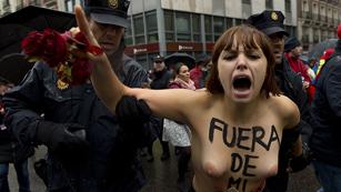 Ver vídeo  'Cinco activistas de Femen irrumpen en la marcha contra el aborto'