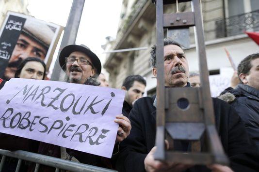 Des manifestants opposés à la visite de Moncef Marzouki, le président tunisien, à l'Institut du monde arabe, le 12 avril.