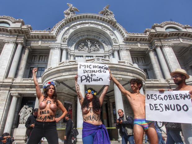 En topless, las activistas criticaron a los gobiernos de Michoacán y federal por su actuación ante narcotraficantes y autodefensas. Foto: Terra México