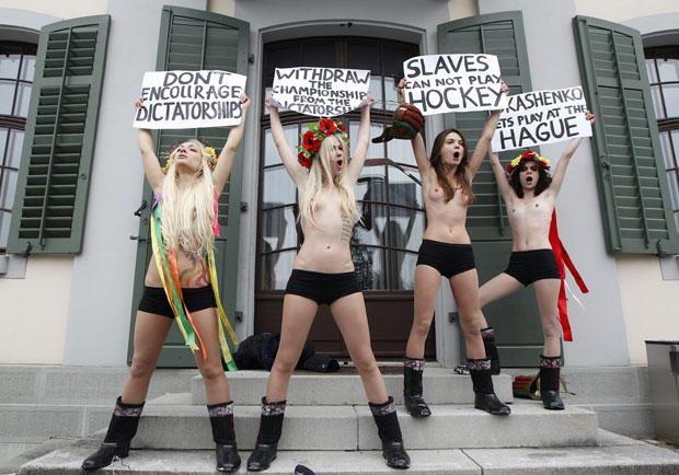 Manifestação ocorrem em frente à Federação Internacional de Hóquei no Gelo (Foto: Christian Hartmann/Reuters)