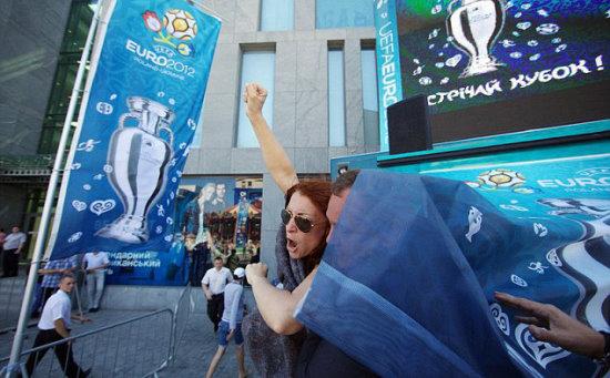 烏克蘭女權團體「Femen」大鬧記者會現場。(圖/翻攝自每日郵報)