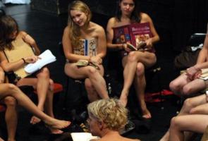 in ungheria studenti nudi contro il dress code dell'universita