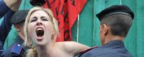 Femen, topless e pistola alla tempia a Notre Dame