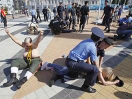 ZSTATE LEET. Ukrajint policist zasahuj proti jedn z en podporujcch
