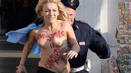 Une Femen se dénude au Vatican