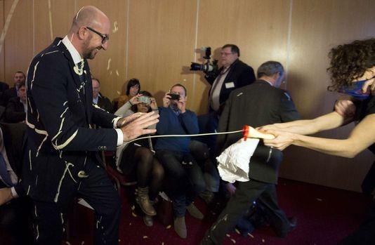 Le premier ministre belge a été aspergé de mayonnaise par des activistes et révolutionnaires, le 22 décembre à Namur.
