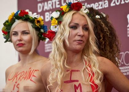 Những cô gái trẻ mang theo thông điệp bảo vệ và đòi quyền bình đẳng cho nữ giới tới LHP Venice