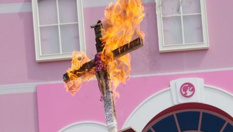 Das Kreuz brennt, die Barby-Puppe dran auch