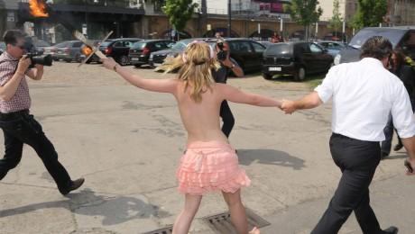 Die Femen-Aktivistin wird weggeführt