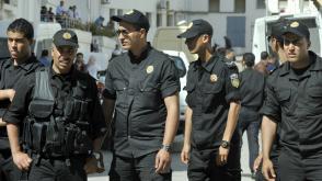 Bij de rechtbank in Tunis stonden veel politiemannen